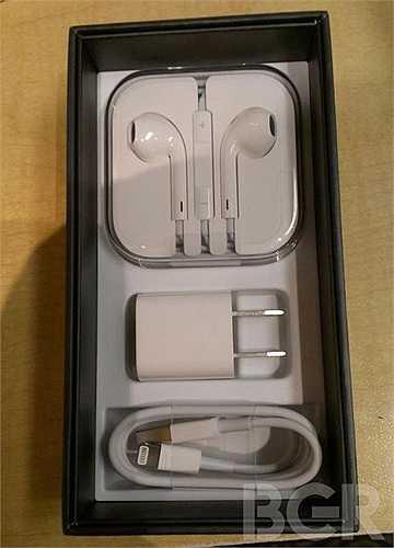 Apple đã cho vào hộp kèm với iPhone 5 là tai nghe EarPod. (Nguồn ảnh: Boy Genius Report)