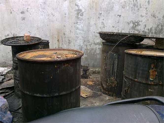 Ngô nguyên liệu đựng trong những bao tải, xếp chồng chất ngay gần rãnh nước thải.