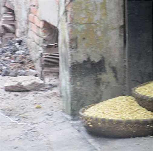 Ngô hạt, bao tải không vương vãi hoặc chất đống ngay gần lò than.