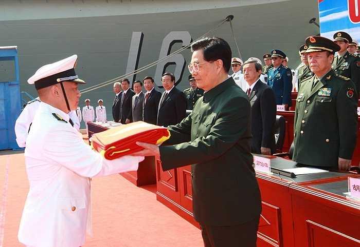 Chủ tịch nước Trung Quốc Hồ Cẩm Đào trao cờ cho hải quân trong lễ ra mắt tàu sân bay hôm 25/9