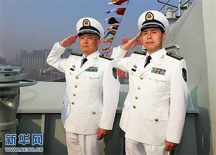 Thuyền trường tàu sân bay Trương Tranh (trái)