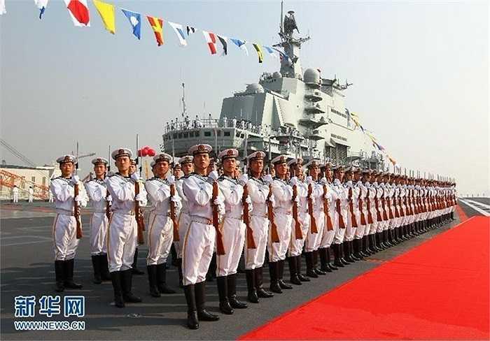 Hải quân Trung Quốc xếp hàng chuẩn bị làm lễ đón tàu sân bay Liêu Ninh