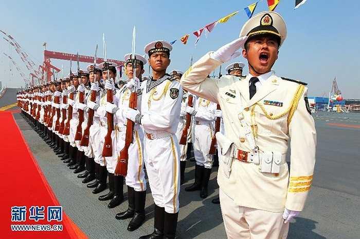 Binh lính đón tàu sân bay đầu tiên của Trung Quốc