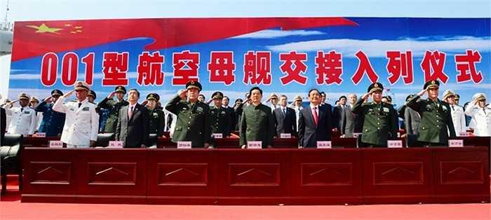 Chủ tịch Trung Quốc Hồ Cẩm Đào, Thủ tướng Ôn Gia Bảo cùng các tướng lĩnh quân sự cấp cao tại lễ ra mắt tàu sân bay Liêu Ninh