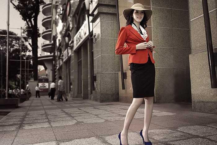 Tân hoa hậu đẹp như một bông hoa, cô dạo bước trên hè phố giống một thiếu nữ cổ điển của Pháp.