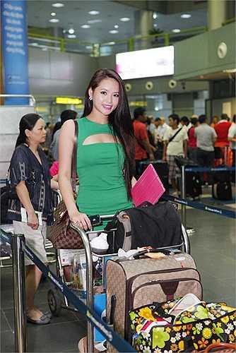 Trong chiếc váy xanh khoét ngực, Hoa khôi Thể thao Lại Hương Thảo khoe vẻ xinh tươi, quyến rũ
