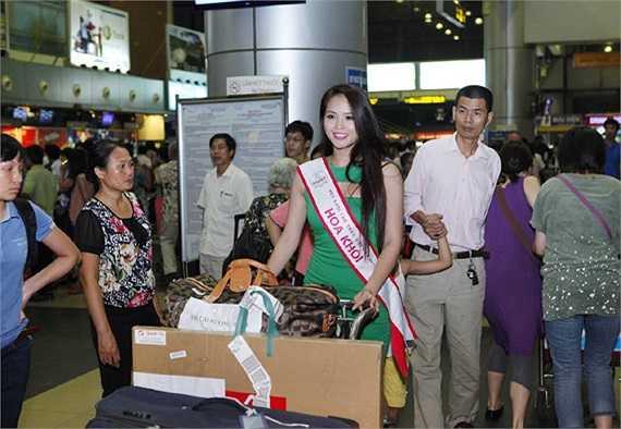 Nhiều hành khách tại sân bay nhìn ngắm vẻ đẹp của Hương Thảo