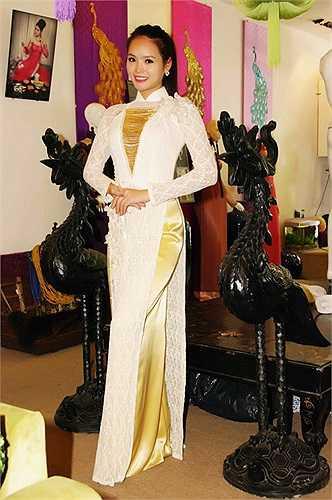 Trước ngày lên đường Hương Thảo cũng đã có buổi thử trang phục áo dài với NTK Võ Việt Chung