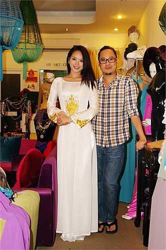 NTK Võ Việt Chung nhiệt tình giúp đỡ người đẹp với những áo dài đẹp nhất