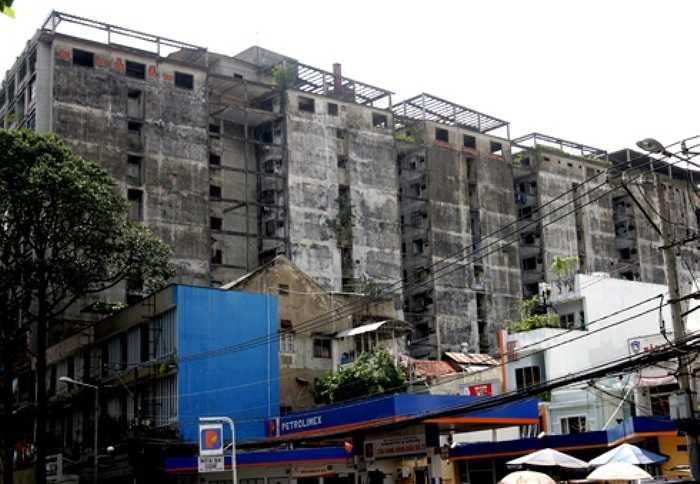 Chung cư 727 còn có tên gọi khác là Building President nằm ngay mặt tiền đường Trần Hưng Đạo (quận 1, TP HCM), cách chợ Bến Thành khoảng 1 km, được xây dựng vào những năm 1960 theo kiến trúc khá đơn giản gồm 13 tầng.