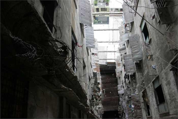 Sau hơn 50 năm, những cột bêtông của chung cư đã trơ lõi sắt khiến tòa nhà 13 tầng này rơi vào cảnh nguy hiểm.