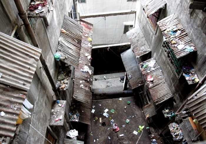 Hiện trạng khu chung cư hiện xuống cấp trầm trọng, các phòng ốc chắp vá tạm bợ, cầu thang mục nát nồng nặc mùi xú uế, rác rưởi tràn ngập trên ban công, mái tôn từ trên xuống...