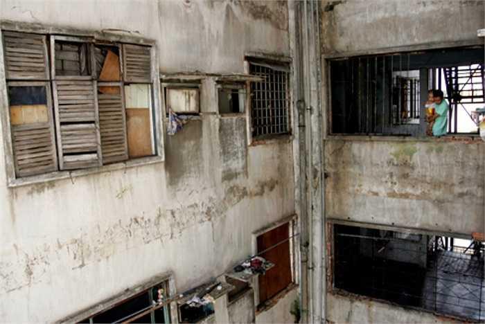 Tường gạch nứt, cửa sổ cũ nát luôn chờ rơi nhưng người dân đều không thể tu sửa mà chờ đến ngày di dời.