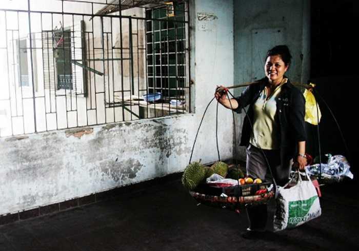 Dù chung cư heo hút, nguy hiểm nhưng 10 năm nay, ngày nào người phụ nữ 40 tuổi này vẫn leo cầu thang bộ lên tầng trên cùng để bán cho các cư dân.