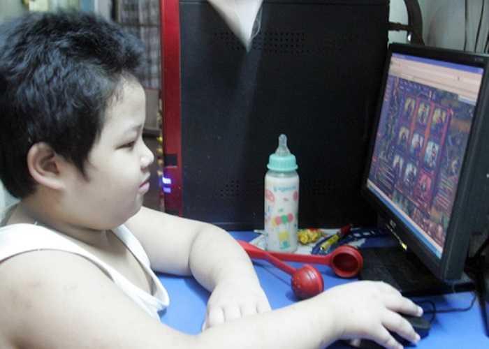 Tầng trên cùng của chung cư chỉ còn vài hộ dân. Không có bạn bè nên những hôm không phải đến trường, bé Nguyễn Trọng Phúc (8 tuổi) chỉ biết quanh quẩn với bà nội và mở máy tính chơi game.