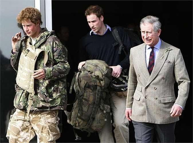 Harry cùng anh trai William và cha mình rời khỏi sân bay không quân tại Oxfordshire sau khi trở về từ Afghanistan