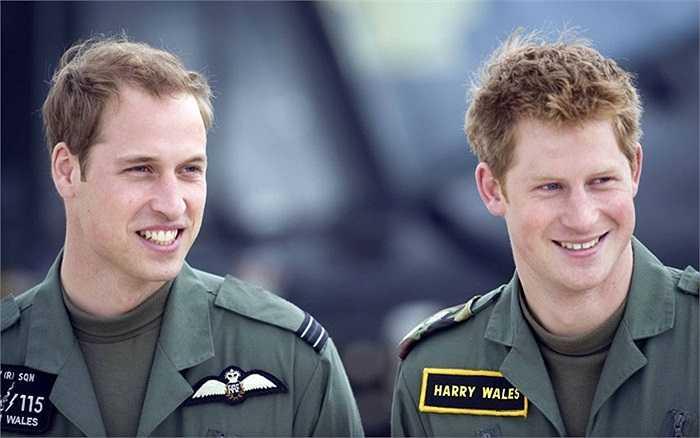 Hoàng tử William và Hoàng tử Harry tại căn cứ không quân Shawbury nơi họ được đào tạo lái máy bay trực thăng vào tháng 6/2009