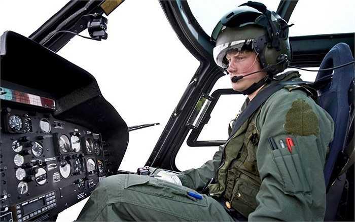 Hoàng tử điều khiển trực thăng Squirrel cùng với Phi đội 660 tại trường đòa tạo phi công của không quân Shawbury