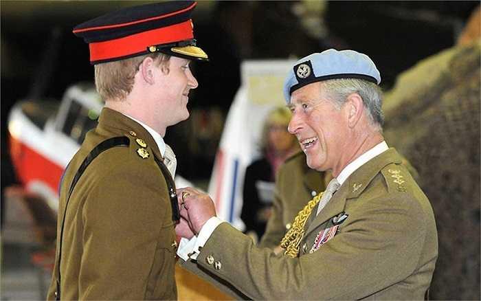 Hoàng tử Harry mỉm cười khi nhận được Huy hiệu đôi cánh của phi công máy bay trực thăng từ cha mình, Thái tử Charles ở Trung tâm Hàng không quân đội tại Middle Wallop