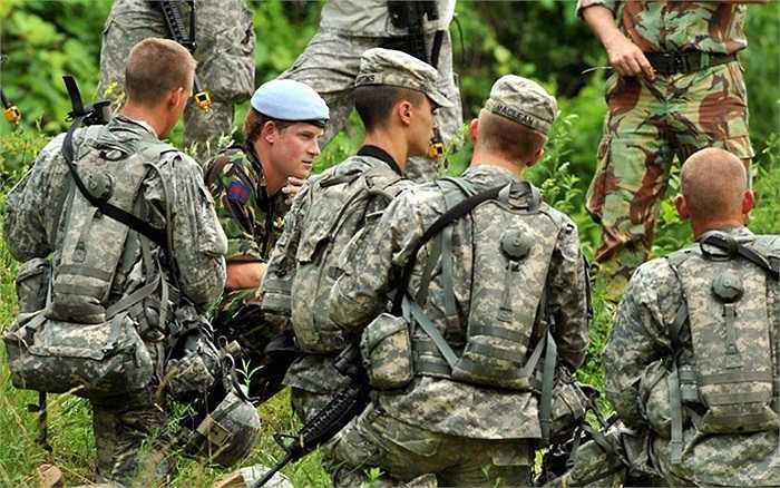 Hoàng tử Harry nói chuyện với các đồng đội người Mỹ trong một cuộc tuần tra bộ tại Học viên quân sự Westpoint, New York