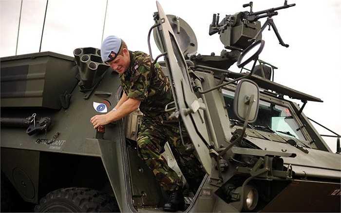 Hoàng tử biểu diễn kĩ năng lái xe bọc thép trong một lần đến thăm căn cứ Không quân Honington ở Suffolk