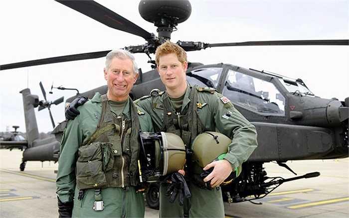 Thái tử Charles đứng với con trai của mình là Hoàng tử Harry phía trước của máy bay trực thăng Apache tại căn cứ không quân Middle Wallop