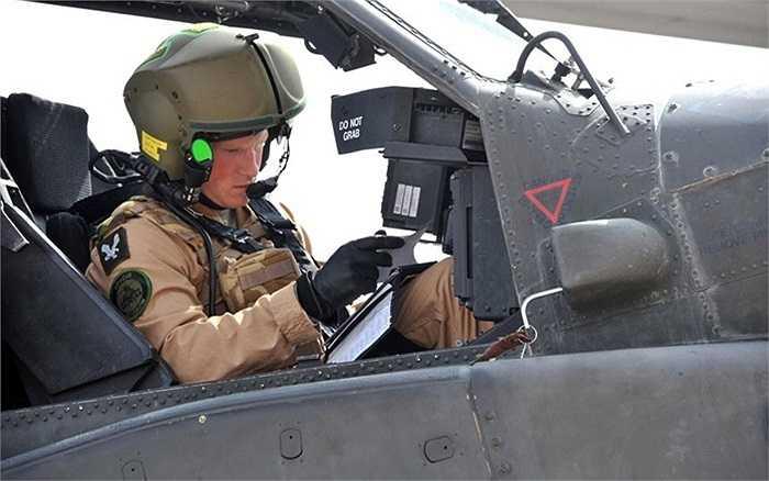 Hoàng tử Harry đang chuẩn bị cho một chuyến bay với trực thăng Apache, anh cũng đã hoàn thành xuất sắc 18 tháng khóa đào tạo nghiêm ngặt điều khiển trực thăng Apache