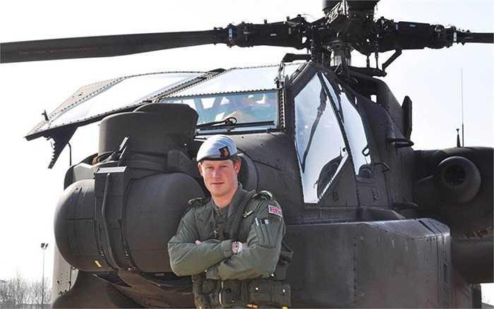 Hoàng tử cùng Apache trước một cuộc diễn tập ở Pháp