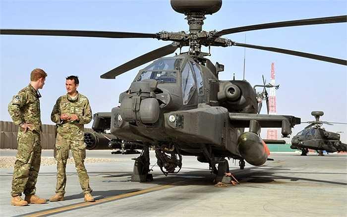 Hoàng tử và đồng đội của mình trước chiếc trực thăng Apache tại trại Bastion ở Afghanistan