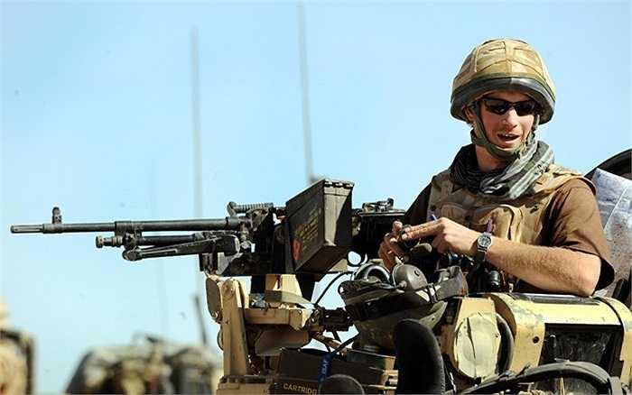 Hoàng tử Harry ngồi trên vị trí của mình trên một chiếc xe bọc thép Spartan ở tỉnh Helmand, miền Nam Afghanistan