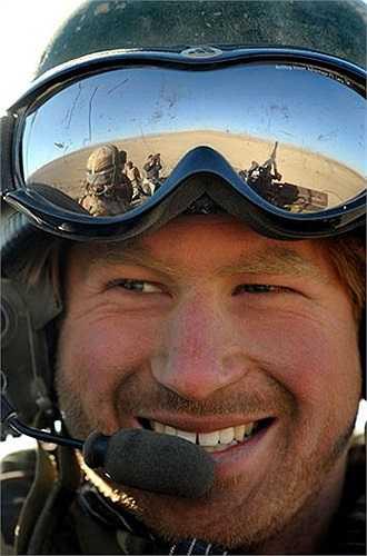 Hoàng tử trên xe bọc thép trinh sát Spartan tại sa mạc ở Afghanistan