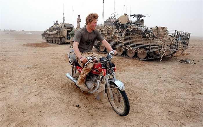Bản chất thích vui chơi của Harry vẫn không thay đổi kể cả khi đã làm lính