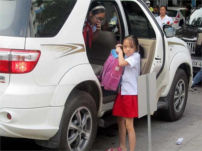 Hai chị em cùng học một trường sẽ thuận tiện cho bố mẹ đưa đón