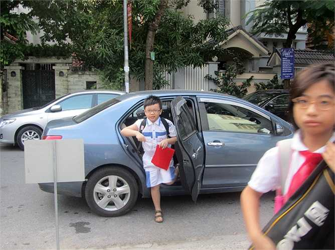 Cầm trên tay lá quốc kỳ nhỏ xinh, các em nhanh chóng bước vào trường ngày khai giảng