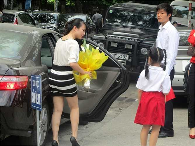 Nhiều phụ huynh còn chuẩn bị sẵn hoa tươi để tặng các thầy cô giáo nhân ngày khai giảng