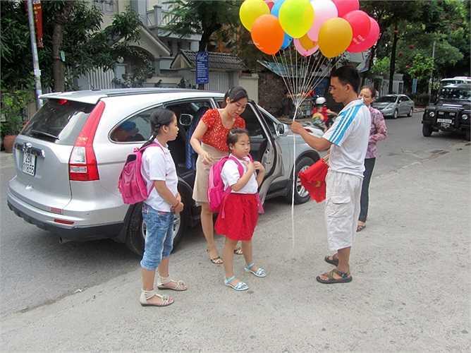 Nhiều phụ huynh có tới 2 con cùng học trường tiểu học Đoàn Thị Điểm nên việc đưa đón khá thuận lợi
