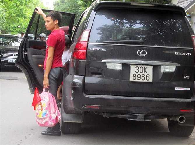 Chở con đi học bằng những chiếc ô tô đắt tiền giờ đã không còn là chuyện hiếm