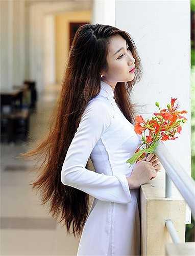 Cô bạn xinh đẹp này cũng vô cùng tự tin khi mỗi lần được mặc áo dài truyền thống của dân tộc