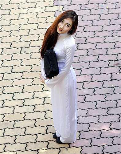 Người phụ nữ Việt Nam như đẹp hơn nhờ tà áo dài truyền thống