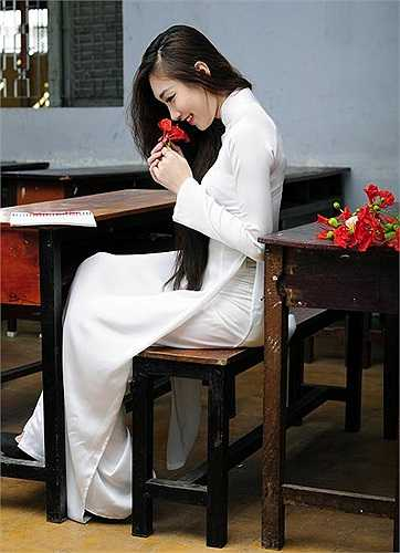 Áo dài trắng gắn với những buổi tới trường luôn là những kỷ niệm đẹp trong quãng đời học sinh của mỗi người