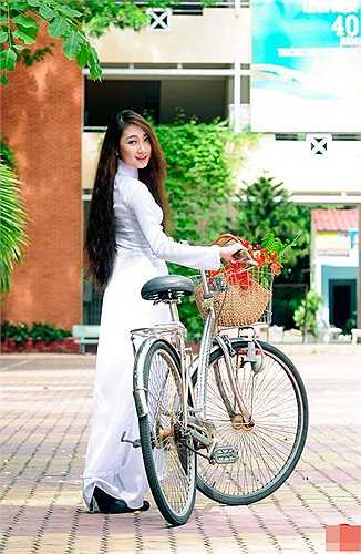 Không chỉ vì cô bạn là em gái cưng của ca sĩ Thu Ngọc (Mây Trắng) mà hotgirl Hải Quyên còn được biết đến nhờ tài năng và nụ cười rất duyên.