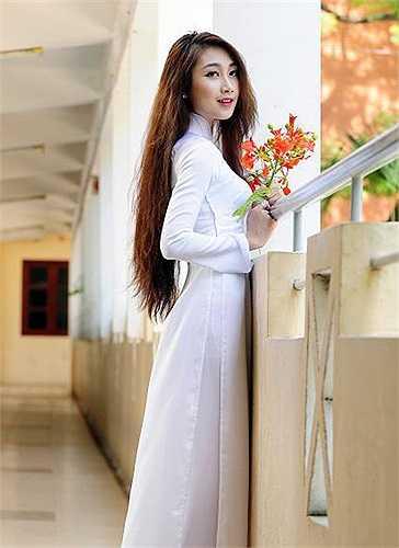 Không quá cầu kỳ và phô trương, áo dài vẫn toát lên vẻ kín đáo, duyên dáng của người mặc