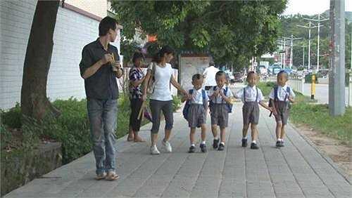 5 mẹ con 'rồng rắn' tới trường.