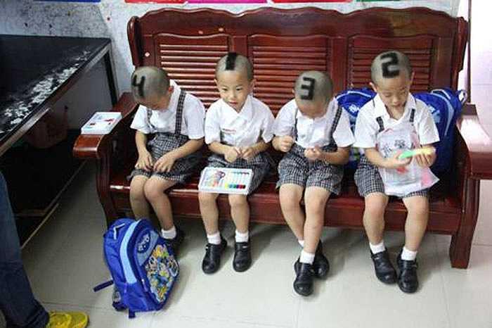 Với kiểu đầu độc, được đánh số từ 1 đến 4 để giúp bạn học và thầy cô dễ phân biệt, 4 cậu bé thu hút sự chú ý từ người đi đường.