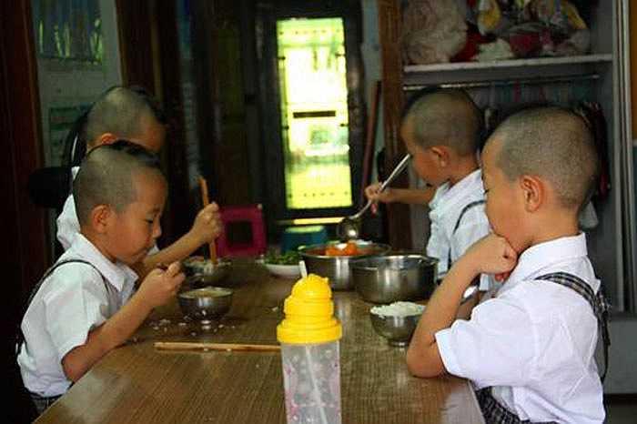 4 cậu bé ngoan ngoãn tự ăn trưa ở trường.