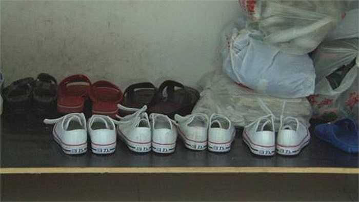 4 đôi giày giống hệt nhau của 4 anh em