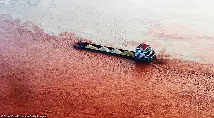Sự khác biệt bất thường giữa màu nước sông Dương Tử và Jialin ở 2 mạn thuyền.