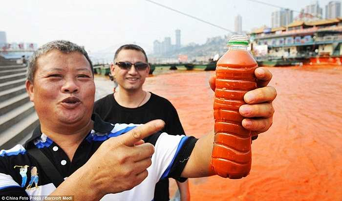 Người dân thích thú với hiện tượng lạ khi nước sông đột ngột đổi thành màu đỏ như máu.
