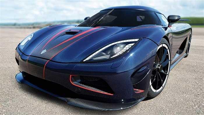 Bên trong chiếc xe, tông màu xanh và màu xám cũng được sử dụng rất rộng rãi, kết hợp với những chi tiết bằng sợi carbon tạo cho Agera R BLT một sự khác biệt và nổi bật rất riêng.