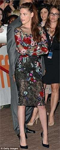 Thay vì xuất hiện cùng bạn trai Robert Pattinson như mọi lần, Kristen Stewart trông rất cô đơn trên thảm đỏ.